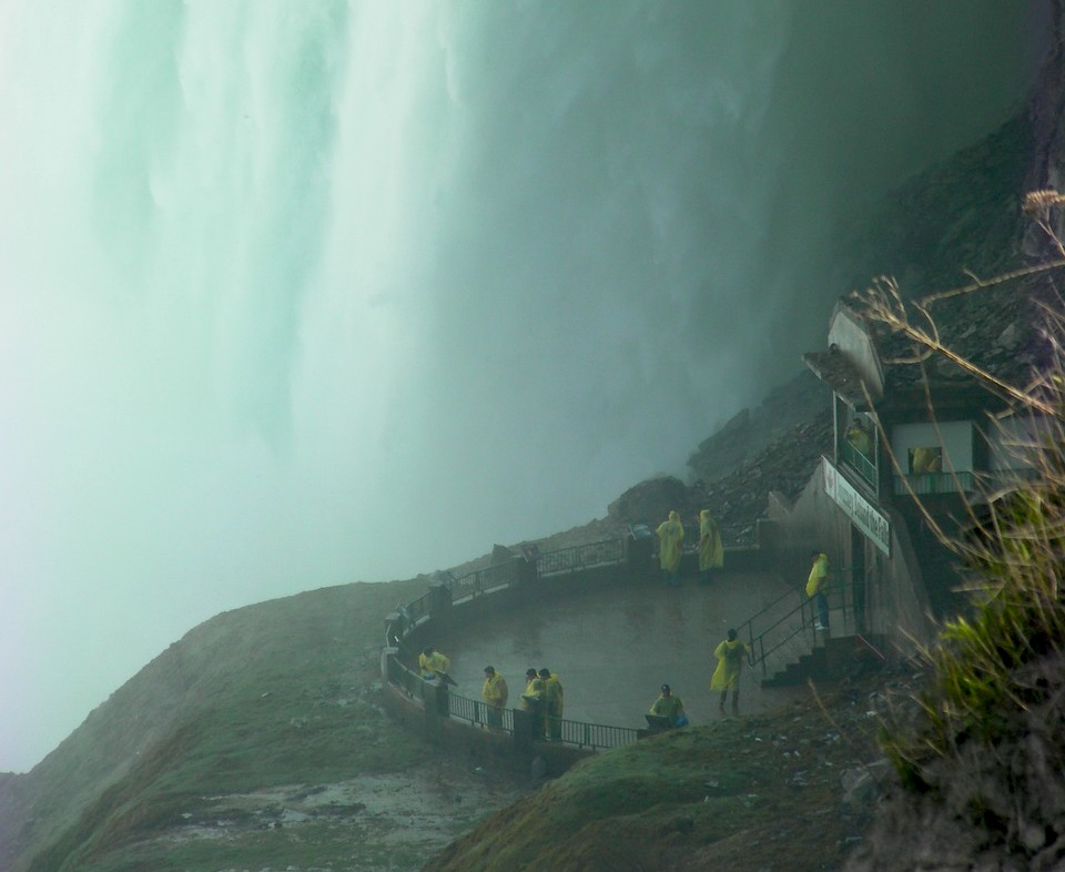 ナイアガラの滝で濡れる観光客