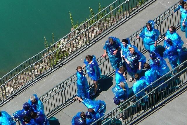 ナイアガラの滝(ニューヨークから行けるツアー)でカッパを着た人たち
